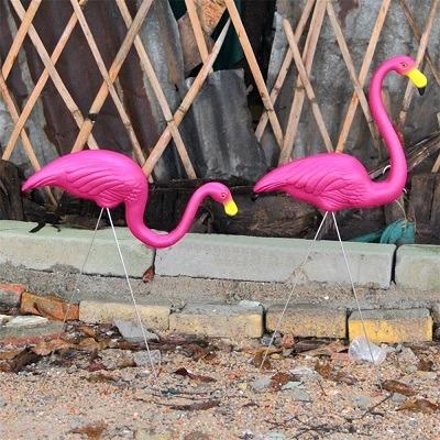 adornos para un jardin flamingos