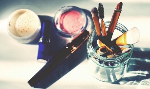brochas de maquillaje en frascos de cristal