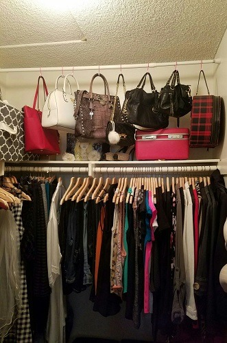 organizar bolsos en el closet