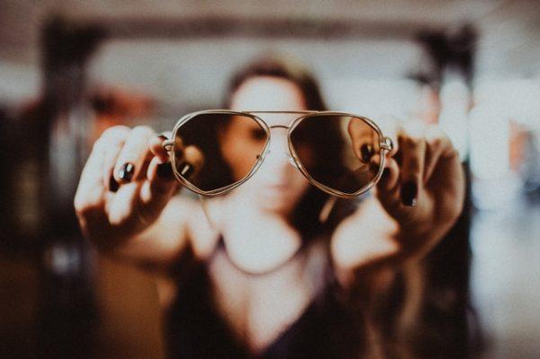 cómo limpiar lentes de sol mujer